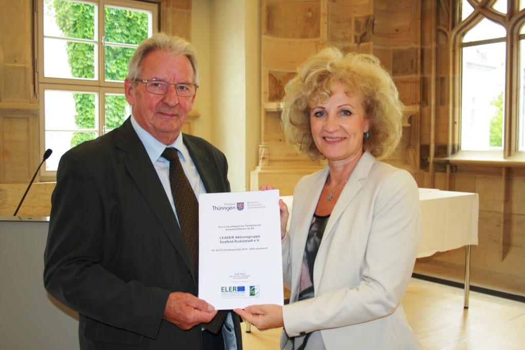 Übergabe der Urkunde durch Ministerin Birgit Keller