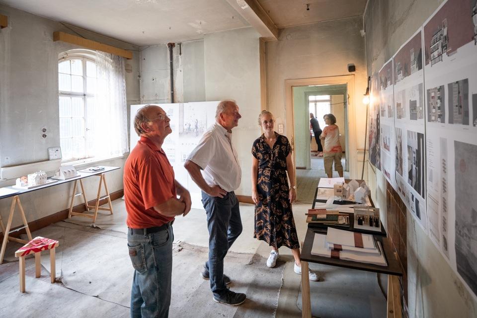Im Mittelpunkt standen auch 2019 leer stehende Sommerfrische Immobilien. Im Bild: Eine Weimarer Studentin erläutert Ideen zur Nutzung von 'Haus Bräutigam'.