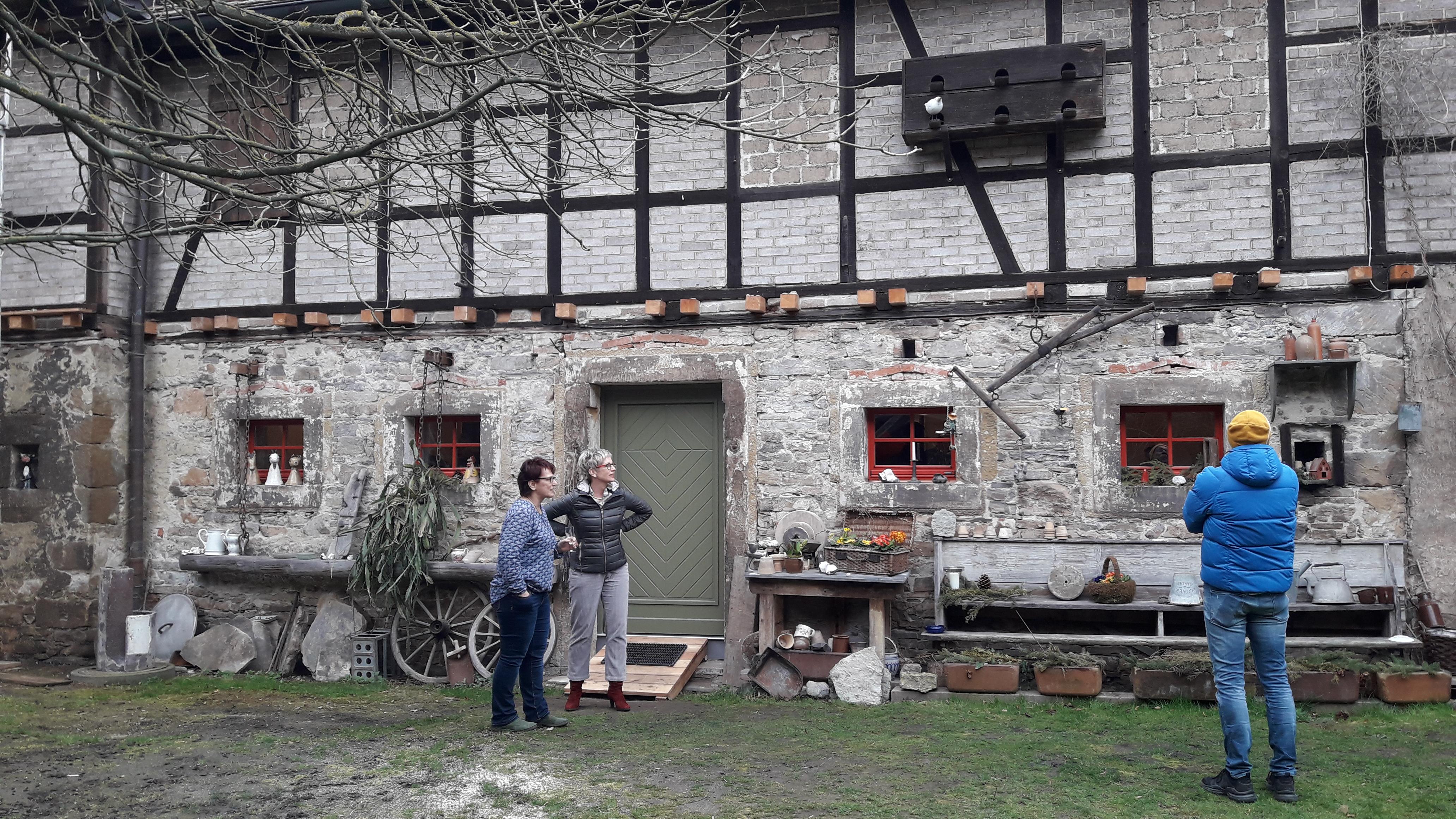 Dorfleben hinter historischen Mauern